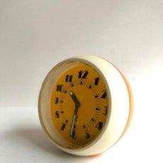 Relojes de carga manual: RELOJ DESPERTADOR JAZ POP - FRANCIA - AÑOS 60 CARGA MANUAL COLOR NARANJA AMARILLO Y CREMA - FUNCIONA. Lote 114729159