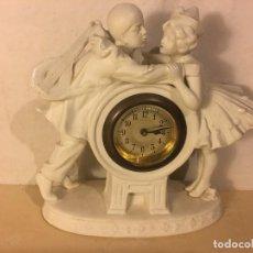 Relojes de carga manual: ANTIGUO RELOJ MODERNISTA DE P.P.S.XX, FIGURA NIÑOS EN PORCELANA. Lote 114734759