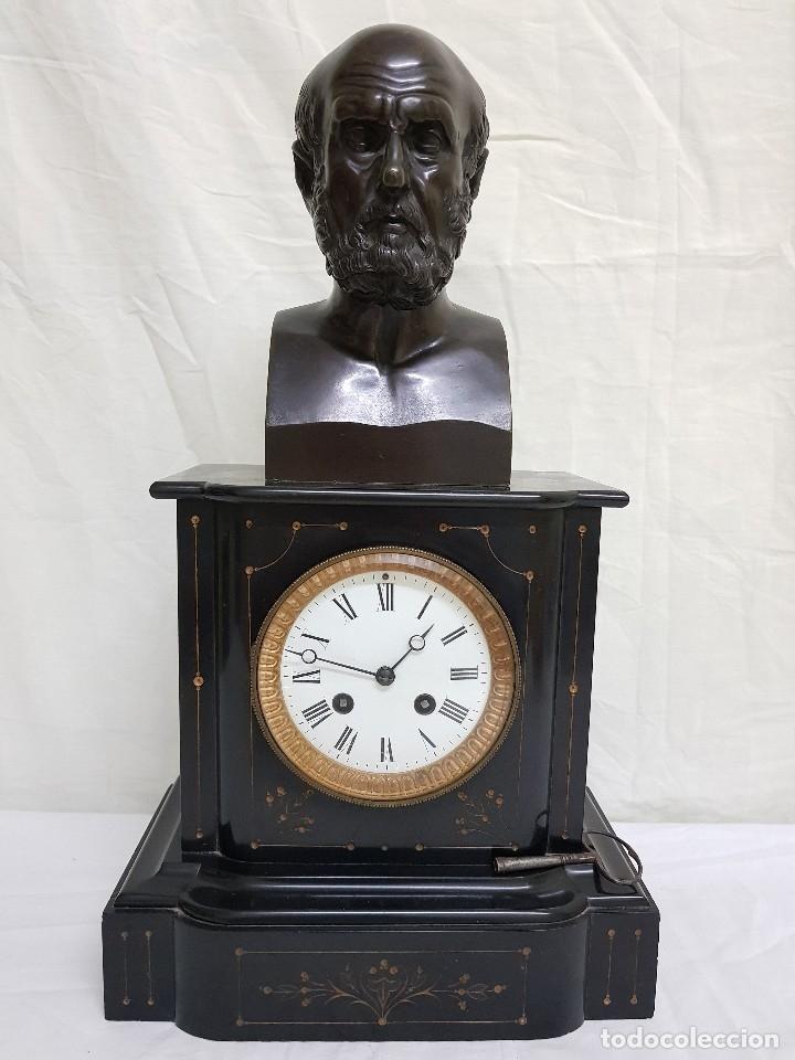 RELOJ CON PEANA DE MÁRMOL Y ESTATUA DE HIPÓCRATES EN BRONCE. SIGLO XIX (Relojes - Sobremesa Carga Manual)