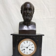 Relojes de carga manual: RELOJ CON PEANA DE MÁRMOL Y ESTATUA DE HIPÓCRATES EN BRONCE. SIGLO XIX. Lote 111543371