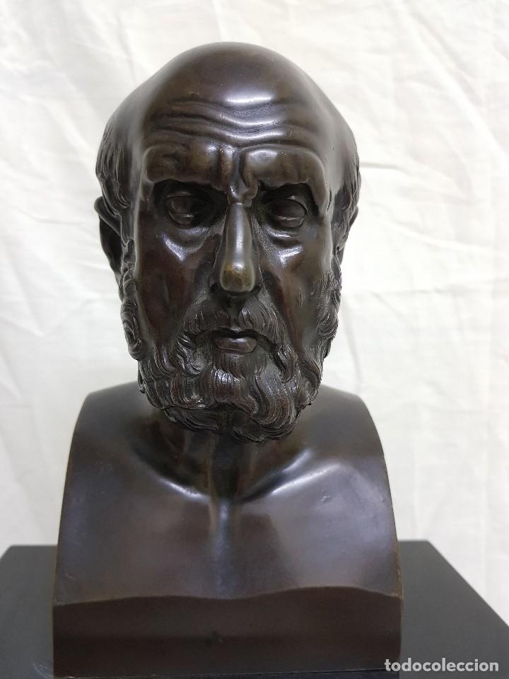 Relojes de carga manual: Reloj con peana de mármol y estatua de Hipócrates en bronce. Siglo XIX - Foto 6 - 111543371