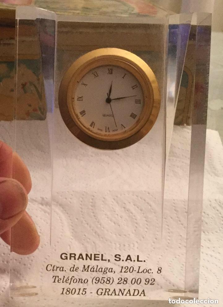 Relojes de carga manual: RELOJ DE CUARZO PISAPAPELES DE METACRILATO Y DE SOBREMESA PUBLICIDAD GRANEL, S.A.L. - Foto 2 - 118867891