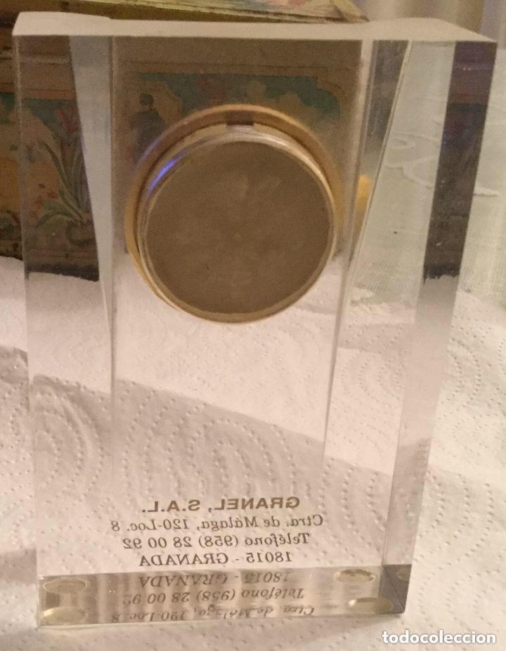 Relojes de carga manual: RELOJ DE CUARZO PISAPAPELES DE METACRILATO Y DE SOBREMESA PUBLICIDAD GRANEL, S.A.L. - Foto 3 - 118867891