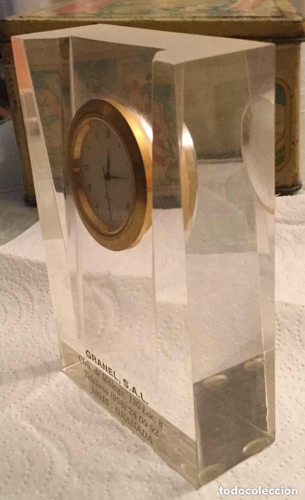 Relojes de carga manual: RELOJ DE CUARZO PISAPAPELES DE METACRILATO Y DE SOBREMESA PUBLICIDAD GRANEL, S.A.L. - Foto 4 - 118867891