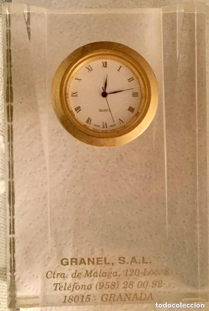 Relojes de carga manual: RELOJ DE CUARZO PISAPAPELES DE METACRILATO Y DE SOBREMESA PUBLICIDAD GRANEL, S.A.L. - Foto 5 - 118867891