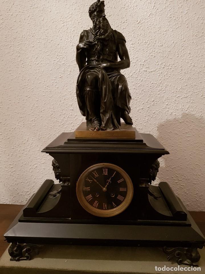 RELOJ DE CHIMENEA FRANCÉS 1875. MÁRMOL NEGRO Y BRONCE CON ESCULTURA DEL MOISÉS DE MIGUEL ÁNGEL (Relojes - Sobremesa Carga Manual)