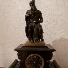 Relojes de carga manual: RELOJ DE CHIMENEA FRANCÉS 1875. MÁRMOL NEGRO Y BRONCE CON ESCULTURA DEL MOISÉS DE MIGUEL ÁNGEL. Lote 119310307