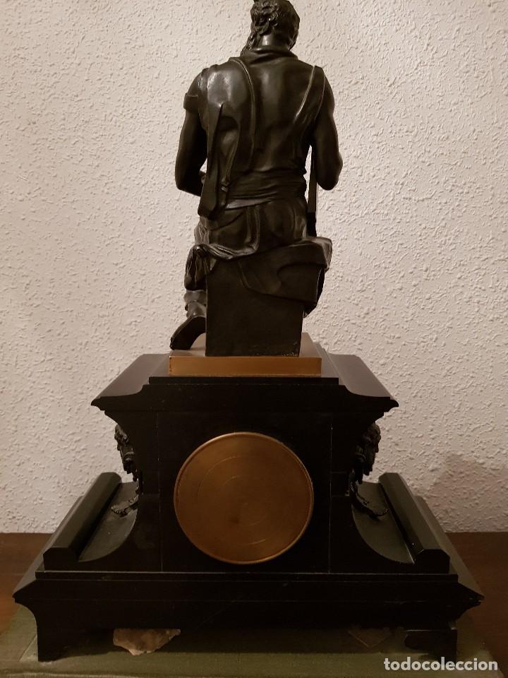 Relojes de carga manual: Reloj de chimenea francés 1875. Mármol negro y bronce con escultura del Moisés de Miguel Ángel - Foto 5 - 119310307