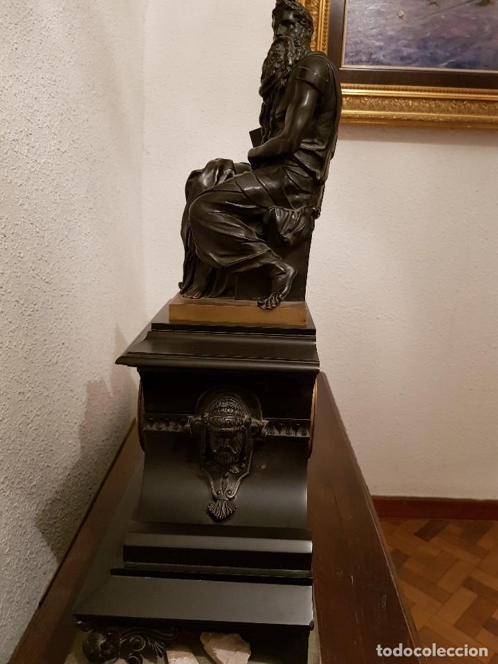 Relojes de carga manual: Reloj de chimenea francés 1875. Mármol negro y bronce con escultura del Moisés de Miguel Ángel - Foto 8 - 119310307