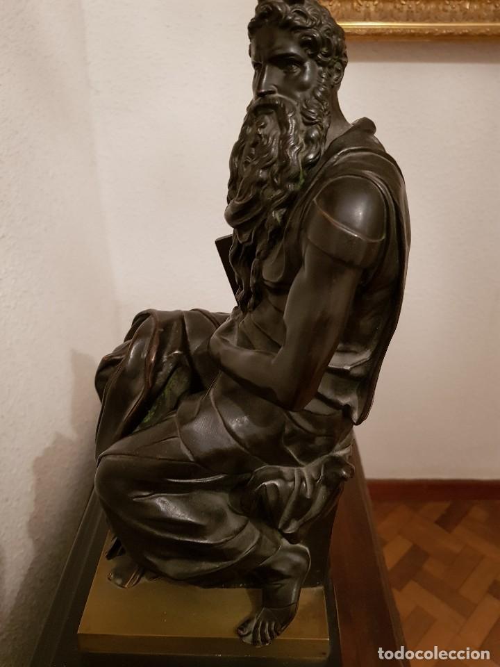 Relojes de carga manual: Reloj de chimenea francés 1875. Mármol negro y bronce con escultura del Moisés de Miguel Ángel - Foto 10 - 119310307