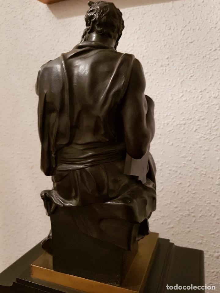 Relojes de carga manual: Reloj de chimenea francés 1875. Mármol negro y bronce con escultura del Moisés de Miguel Ángel - Foto 13 - 119310307