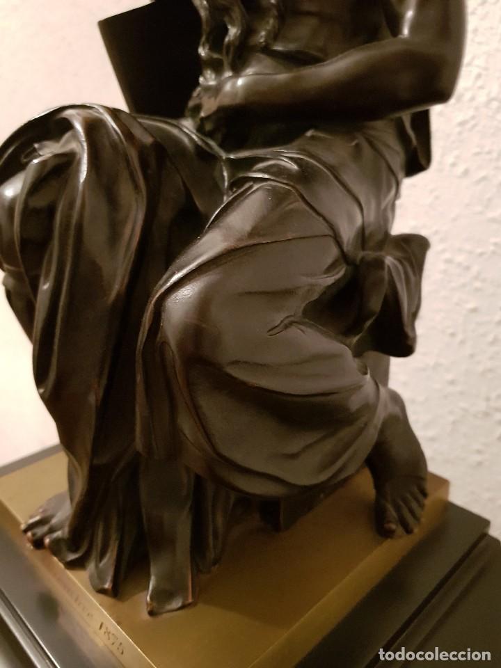 Relojes de carga manual: Reloj de chimenea francés 1875. Mármol negro y bronce con escultura del Moisés de Miguel Ángel - Foto 18 - 119310307