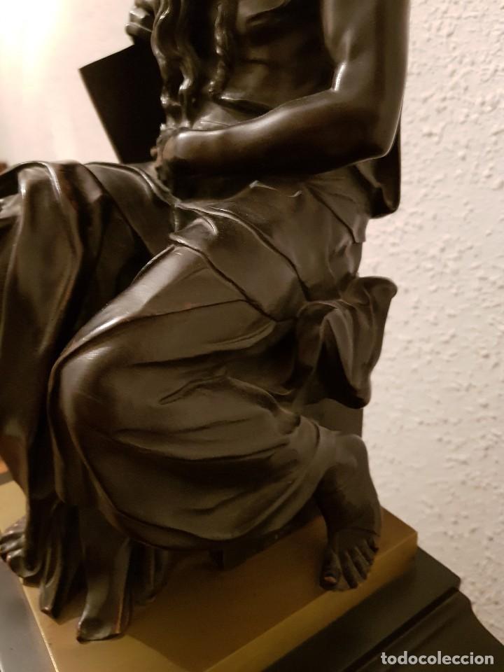 Relojes de carga manual: Reloj de chimenea francés 1875. Mármol negro y bronce con escultura del Moisés de Miguel Ángel - Foto 19 - 119310307
