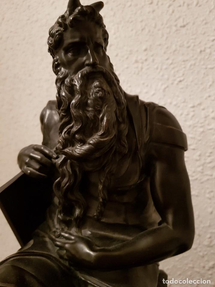Relojes de carga manual: Reloj de chimenea francés 1875. Mármol negro y bronce con escultura del Moisés de Miguel Ángel - Foto 20 - 119310307