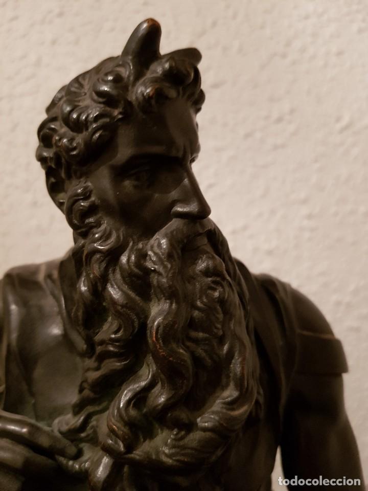 Relojes de carga manual: Reloj de chimenea francés 1875. Mármol negro y bronce con escultura del Moisés de Miguel Ángel - Foto 21 - 119310307