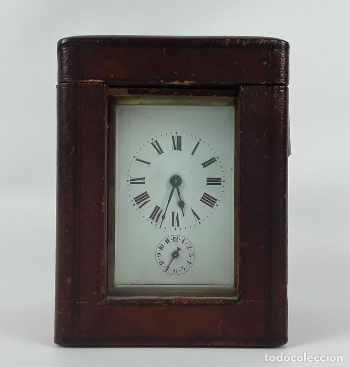 RELOJ DE MESA CON CAJA. LATÓN Y MADERA. FRANCIA. CIRCA SIGLO XIX. (Relojes - Sobremesa Carga Manual)