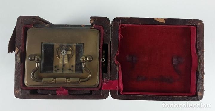 Relojes de carga manual: RELOJ DE MESA CON CAJA. LATÓN Y MADERA. FRANCIA. CIRCA SIGLO XIX. - Foto 4 - 121841427