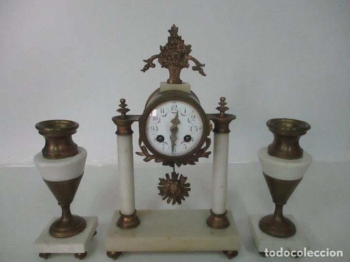 CONJUNTO RELOJ SOBREMESA - GUARNICIÓN CON CANDELABROS - MAQUINA PARÍS - FUNCIONA - BRONCE Y MÁRMOL (Relojes - Sobremesa Carga Manual)