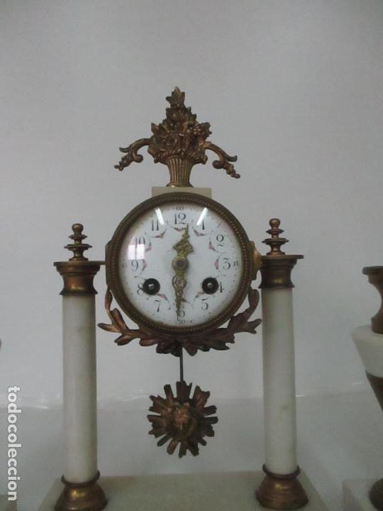 Relojes de carga manual: Conjunto Reloj Sobremesa - Guarnición con Candelabros - Maquina París - Funciona - Bronce y Mármol - Foto 2 - 122334323