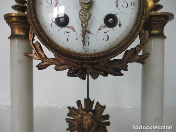 Relojes de carga manual: Conjunto Reloj Sobremesa - Guarnición con Candelabros - Maquina París - Funciona - Bronce y Mármol - Foto 5 - 122334323