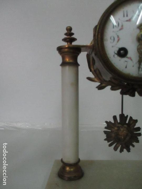 Relojes de carga manual: Conjunto Reloj Sobremesa - Guarnición con Candelabros - Maquina París - Funciona - Bronce y Mármol - Foto 6 - 122334323