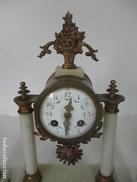 Relojes de carga manual: Conjunto Reloj Sobremesa - Guarnición con Candelabros - Maquina París - Funciona - Bronce y Mármol - Foto 7 - 122334323