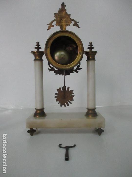 Relojes de carga manual: Conjunto Reloj Sobremesa - Guarnición con Candelabros - Maquina París - Funciona - Bronce y Mármol - Foto 12 - 122334323
