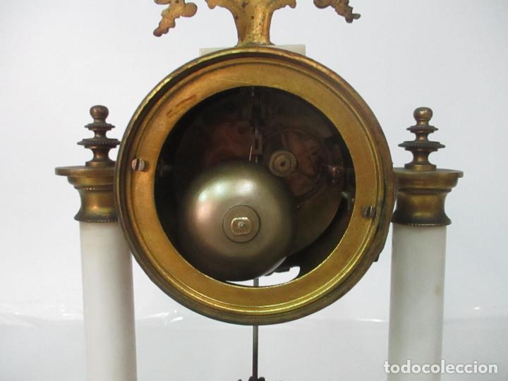 Relojes de carga manual: Conjunto Reloj Sobremesa - Guarnición con Candelabros - Maquina París - Funciona - Bronce y Mármol - Foto 13 - 122334323