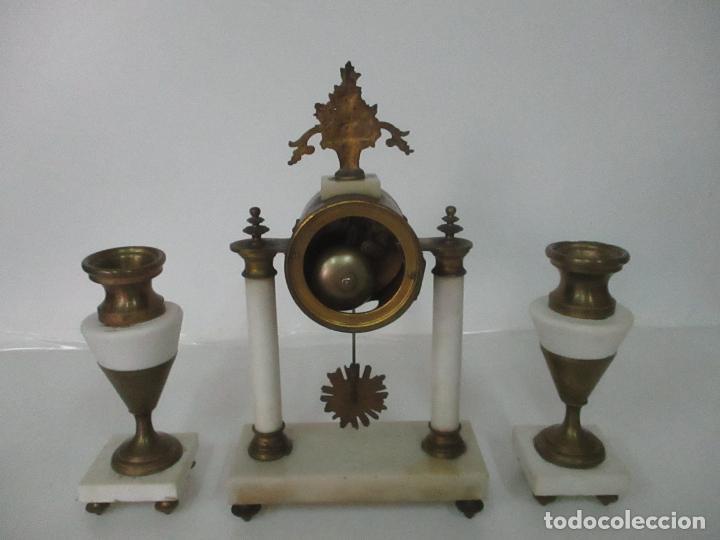 Relojes de carga manual: Conjunto Reloj Sobremesa - Guarnición con Candelabros - Maquina París - Funciona - Bronce y Mármol - Foto 20 - 122334323