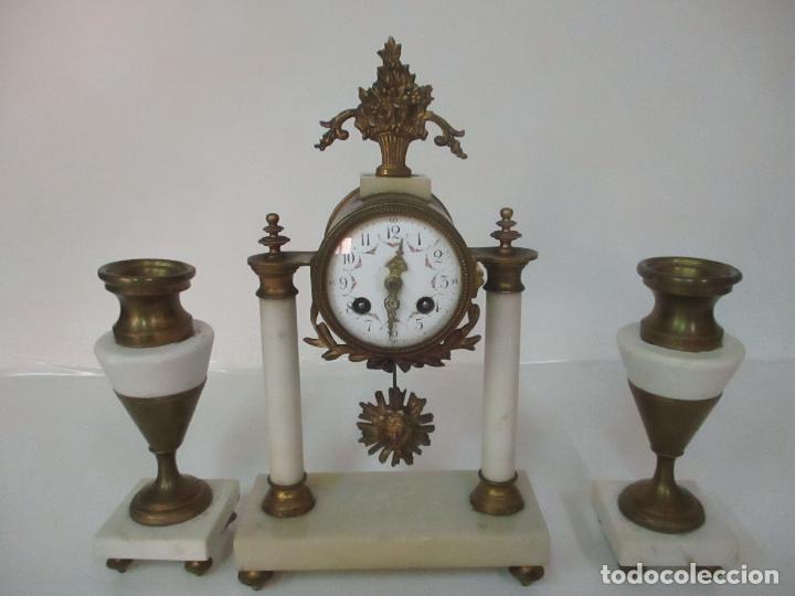 Relojes de carga manual: Conjunto Reloj Sobremesa - Guarnición con Candelabros - Maquina París - Funciona - Bronce y Mármol - Foto 21 - 122334323