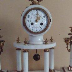 Relojes de carga manual: RELOJ DE COLUMNAS DE MÁRMOL Y BRONCE CON GUARNICIÓN DE CANDELABROS ESTILO LUIS XVI. SIGLO XVIII-XIX. Lote 122666051
