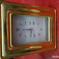 Relojes de carga manual: RELOJ DE SOBREMESA DE METAL DORADO DE LOS AÑOS 70 NUEVO A ESTRENAR. Lote 125421291