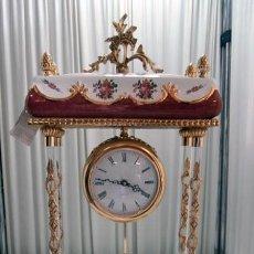 Relojes de carga manual: RELOJ DE PORCELANA EN FORMA COLUMNA CON MUCHO COLORIDO DE BRONCE E. TORTOSA, S.L.. Lote 126764563