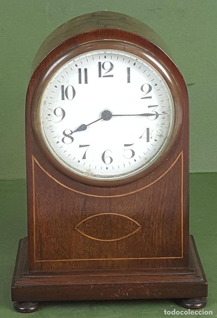RELOJ DE SOBREMESA. MADERA DE CAOBA. SUIZA. CIRCA 1940. (Relojes - Sobremesa Carga Manual)