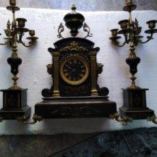 Relojes de carga manual: RELOJ NAPOLEÓNICO III CON ADORNOS EN BRONCE Y FUNCIONANDO YCANDELABROS. Lote 128133768