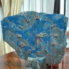 Relojes de carga manual: RELOJ DE PIEDRA LAPISLÁZULI PESA APRÓX 2 KG. Lote 128672412