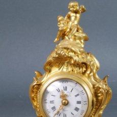 Relojes de carga manual: RELOJ DE SOBREMESA EN BRONCE DORADO SUSSE FRERES PARÍS HACIA 1850 CON SU LLAVE FUNCIONA. Lote 131477362