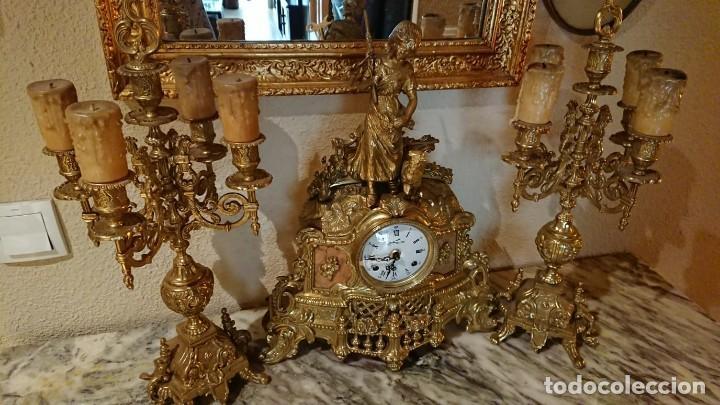 ANTIGUO RELOJ Y CANDELABROS BRONCE (Relojes - Sobremesa Carga Manual)