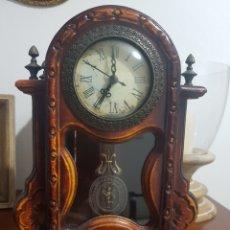 Relojes de carga manual: FANTASTICO RELOJ DE SOBREMESA DE MADERA Y PÉNDULO A PILAS QUARTZ. Lote 133418827