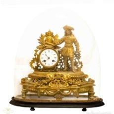 Relojes de carga manual: ANTIGUO RELOJ DE SOBREMESA DE ORIGEN FRANCÉS EN CALAMINA CON PEANA Y CÚPULA EN CRISTAL SOPLADO.. Lote 133450006