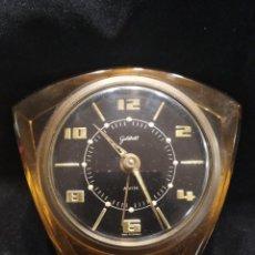 Relojes de carga manual: ANTIGUO RELOJ DE SOBREMESA EN METACRILATO DE COLOR. Lote 134467942