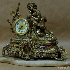 Relojes de carga manual: ANTIGUO RELOJ DE SOBREMESA EN BRONCE CON INCRUSTACIONES EN PORCELANA Y BASE DE MÁRMOL. Lote 136600386
