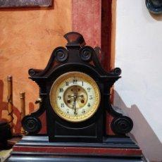 Relojes de carga manual: RELOJ DE MÁRMOL BICOLOR CON ÁNCORA VISTA, 45CM DE ALTO X 17.5CM PROFUNDIDAD X 44.5CM DE ANCHO.. Lote 139036590