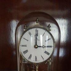 Relojes de carga manual: RELOJ DE SOBREMESA PENDULO DE BOLAS Y CUPULA DE CRISTAL. Lote 142110970