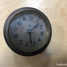 Relógios de carga manual: ANTIGUO RELOJ DE CARGA MANUAL. ESTABA INCORPORADO EN UNA MADERA SOBREMESA. KIENZLE. GERMANY. 6,5 CM. Lote 142439125