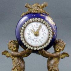 Relojes de carga manual: RELOJ DE SOBREMESA EN CALAMINA Y PORCELANA BASE DE MARMOL A GUESNU HACIA 1900 EN MARCHA. Lote 142684262