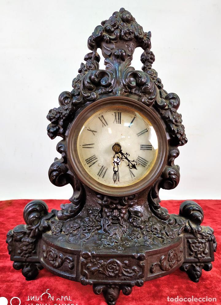 RELOJ. HIERRO COLADO. ESFERA PINTADA. SIN MAQUINARIA. EUROPA(?). SIGLO XIX (Relojes - Sobremesa Carga Manual)