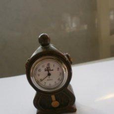 Relojes de carga manual: ANTIGUO MINI RELOJ SOBREMESA VALENTIN RAMOS CUARTZ CUERPO DE MADERA. Lote 142953062