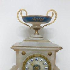 Relojes de carga manual: RELOJ DE SOBREMESA EN ALABASTRO, MÁQUINA PARÍS. Lote 143036134
