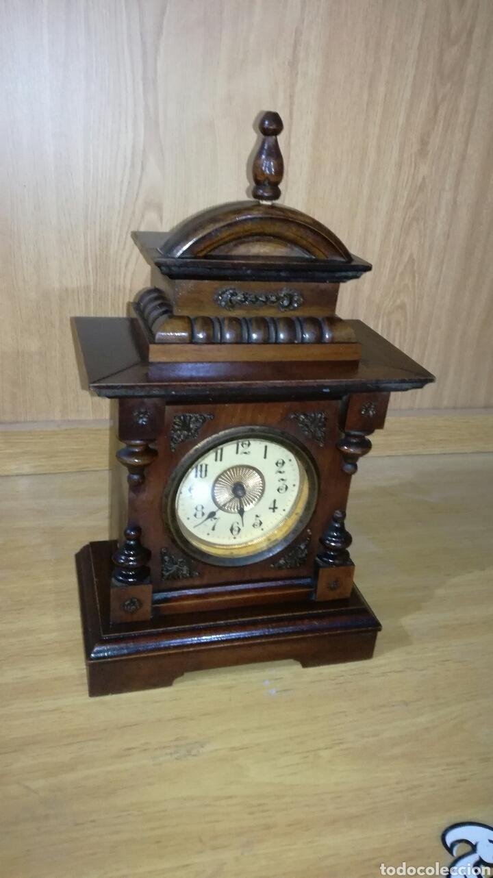 RELOJ DESPERTADOR DE MESA CON CAJA DE NOGAL FUNCIONANDO (Relojes - Sobremesa Carga Manual)